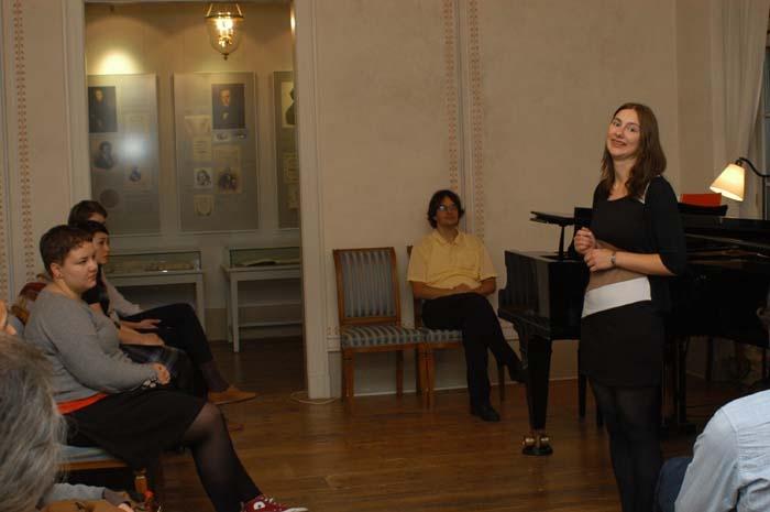 Rochlitzpreis-Organisatorin Juliette Kaiser (rechts) begrüßt die Gäste.