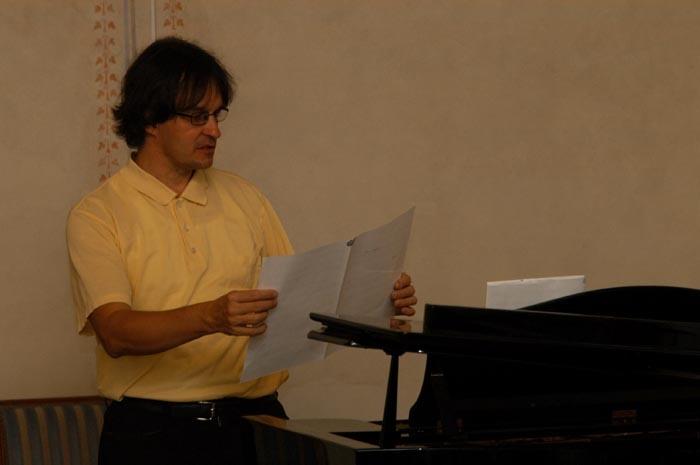 Pianist Stefan Neumeier gibt eine Einführung ins musikalische Programm.