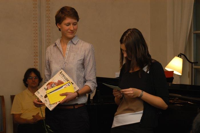 Rochlitzpreis-Organisatorinnen Katharina Emde und Juliette Kaiser bei der Verkündung der Gewinner.