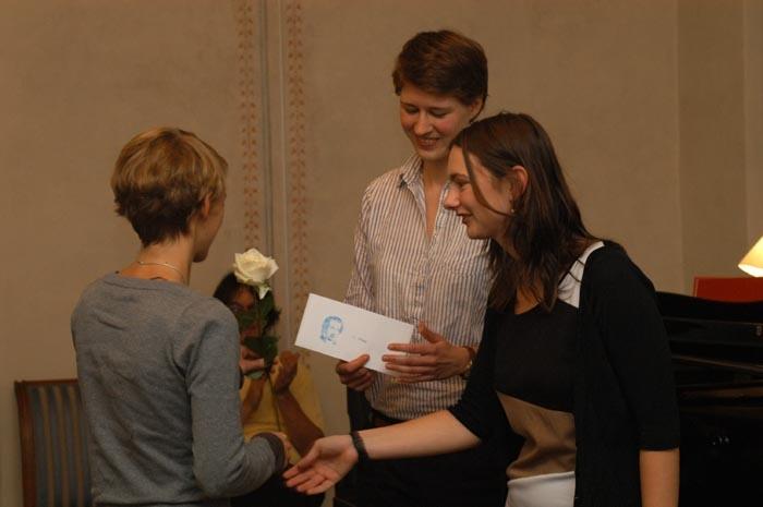Gewinnerin Barbara Schnalzger nimmt den ersten Preis entgegen.